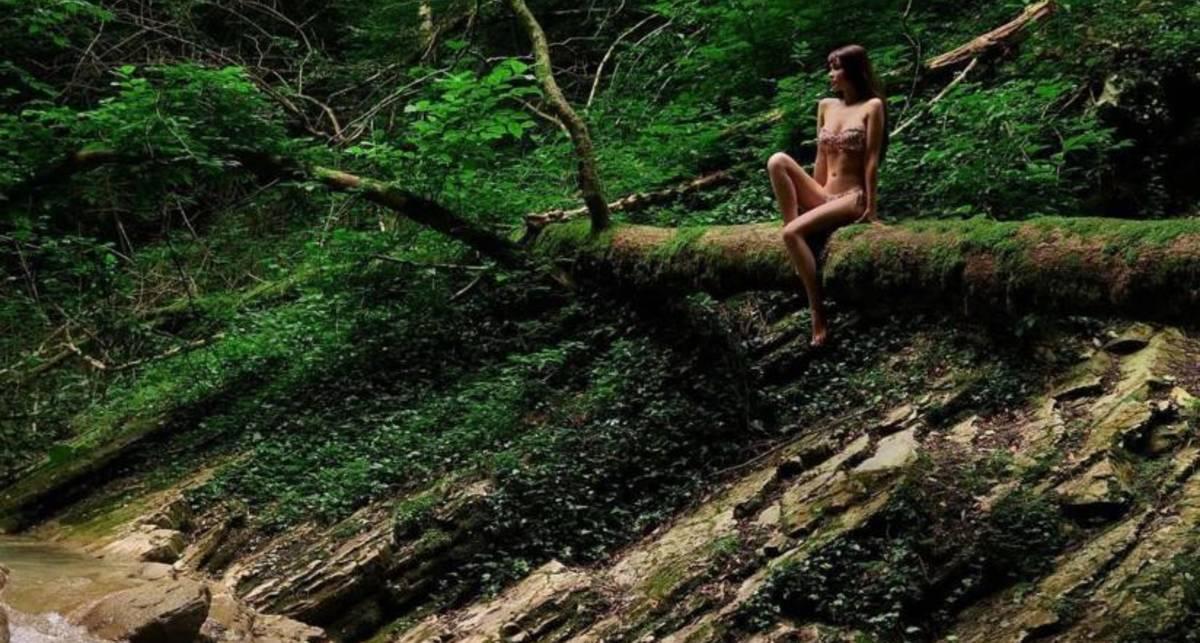 Красавица и бревно: эротические фото Марии Лиман на фоне леса