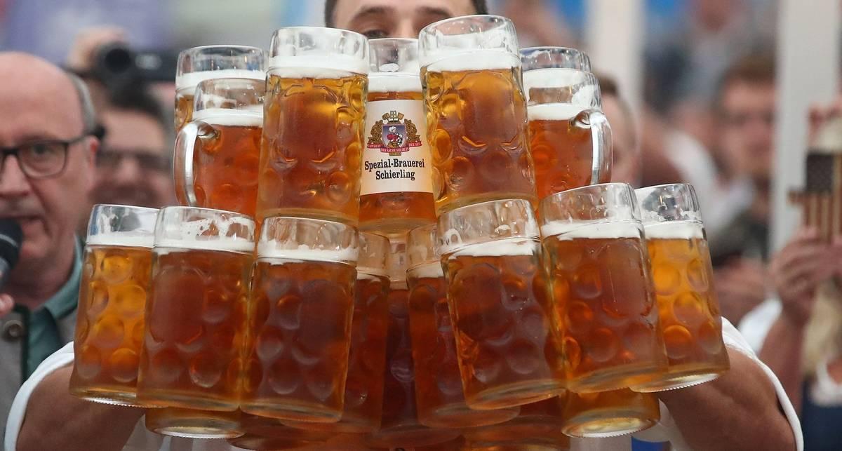 Пивной рекорд: немец за раз пронес 29 кружек пива