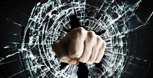 Можно ли разбить собой стекло, не получив серьезных ран
