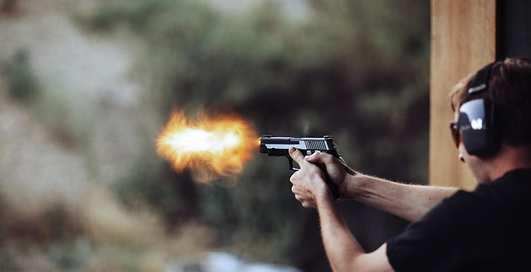 Может ли пуля сильно отбросить человека назад
