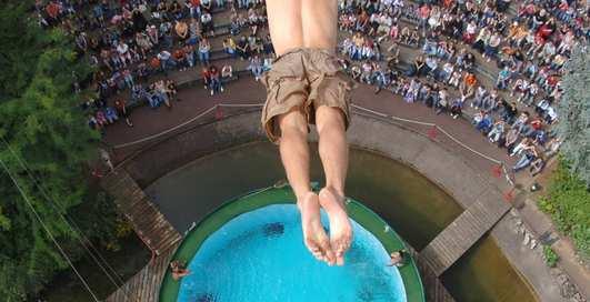 Можно ли уцелеть, если прыгнуть в мелкий бассейн с высоты 10 метров