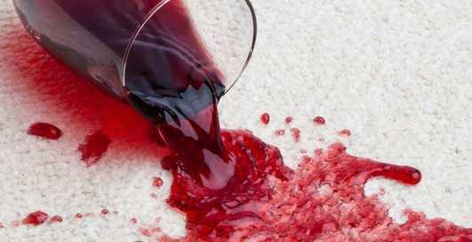 Как легко удалить пятно от красного вина