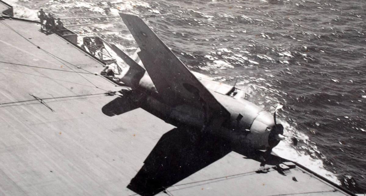 Камикадзе Второй мировой: редкие фото разбивающихся самолетов