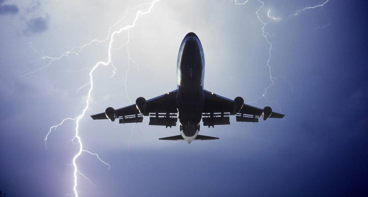 Удар молнией: самолет KLM встретился со стихией