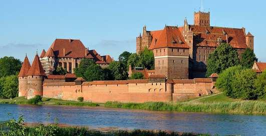 Куда поехать на майские: 10 самых красивых замков планеты