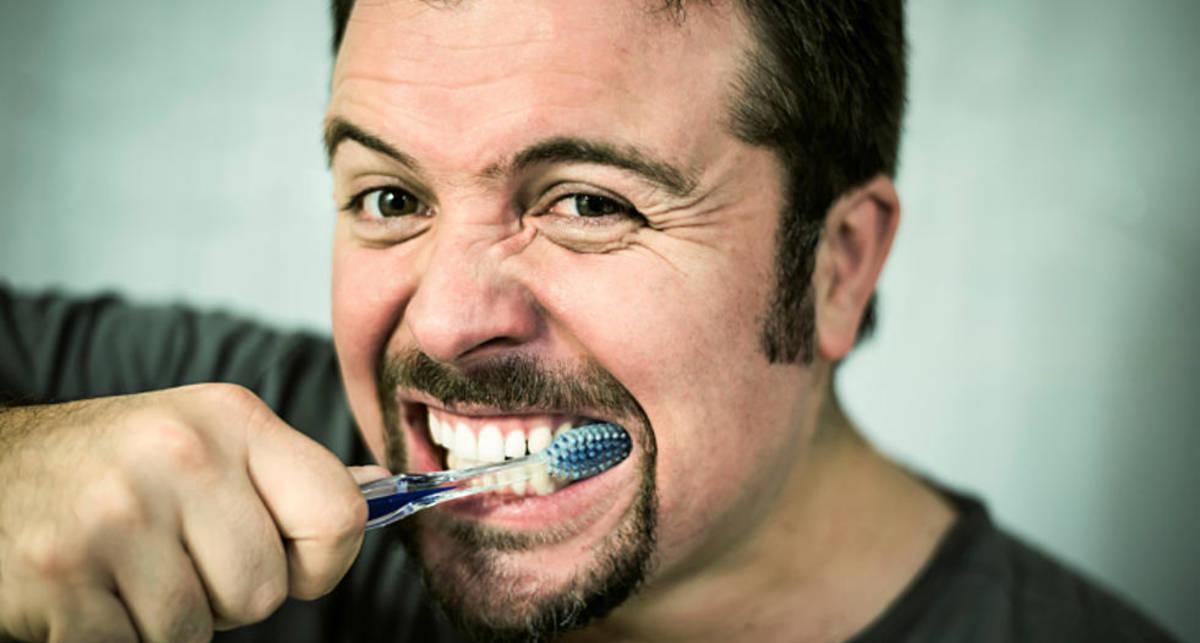 Лайфхак: как сделать из обычной зубной щетки электрическую