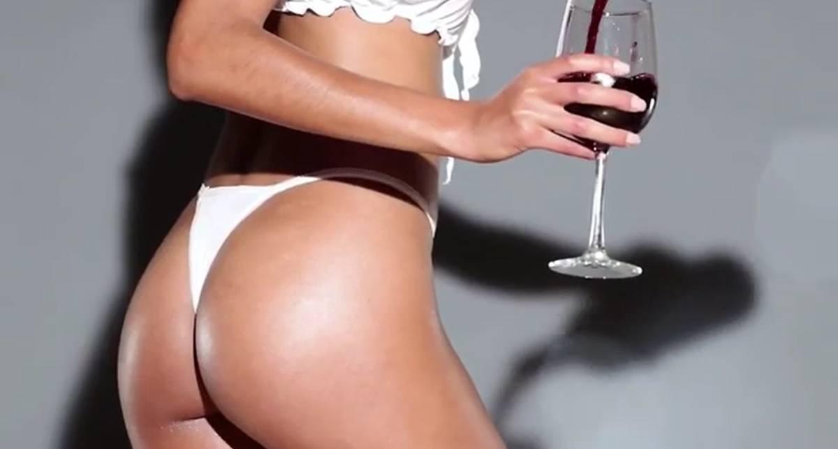 Сочная попка и красное вино: идеальный обед для фаната эротики