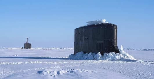 Вот это прокол: 7000-тонная субмарина крошит полярный лед