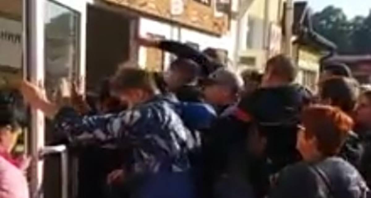 Никогда так не делай: мужчины штурмом взяли магазин одежды