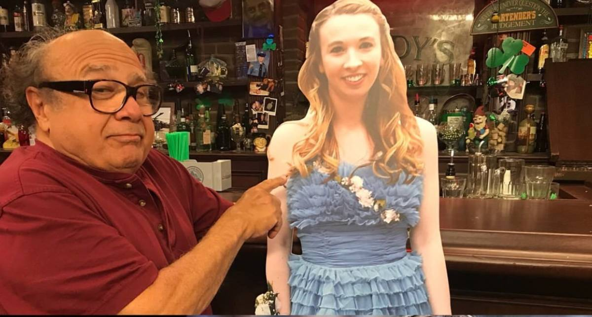 Известный актер пришел в бар с картонной фигурой выпускницы