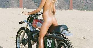 Оседлай меня: 21+ фото красоток на мотоциклах