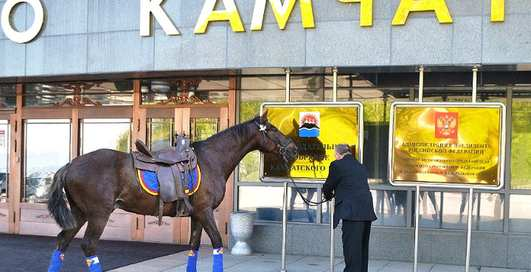 Депутат прискакал на работу на коне