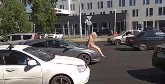 Голая россиянка устроила стриптиз на капоте машины