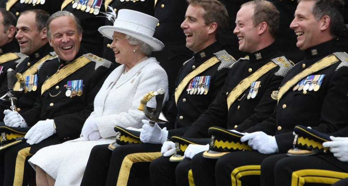 Британские солдаты устроили оргию. После этого к ним нагрянула Королева