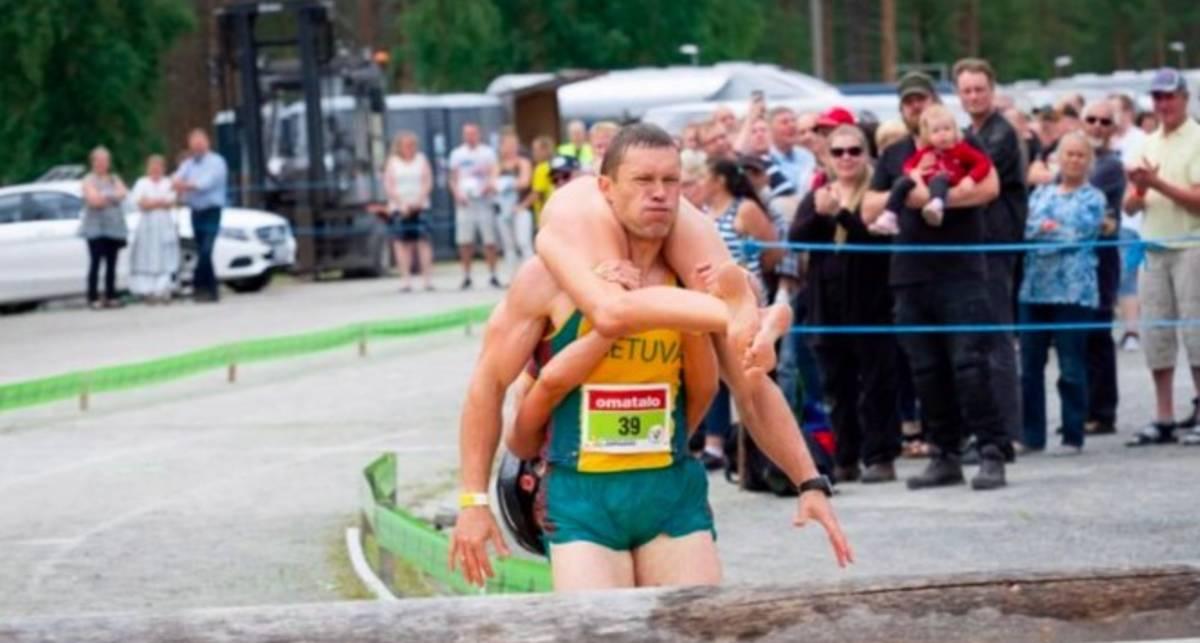 Села на шею: в Финляндии прошел чемпионат по переноске жен