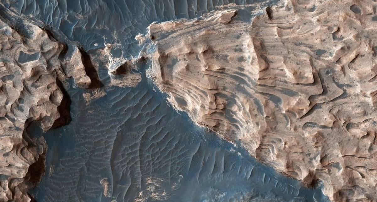 Под поверхностью Марса нашли озеро с водой