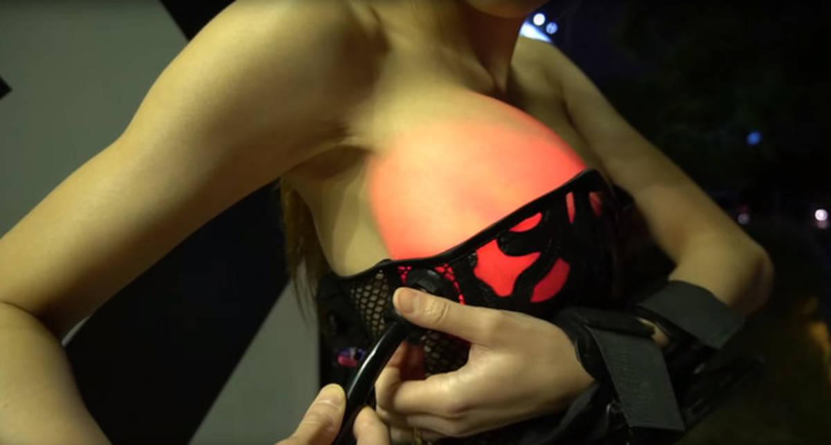 Девушка-технарь изобрела корсет, который подсвечивает силиконовую грудь
