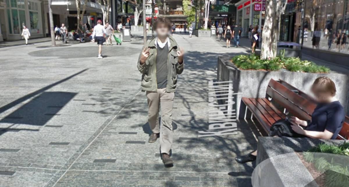 Мужчина преследовал камеру Google, и показывал неприличный жест