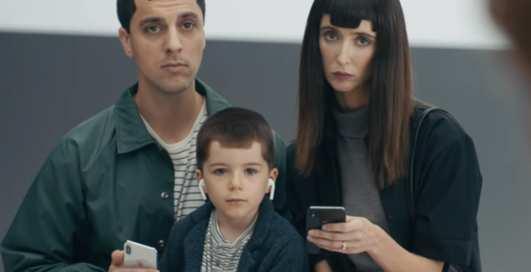 Samsung снова поиздевался над iPhone в своих видео