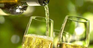 Специалист назвал вино для употребления в жару