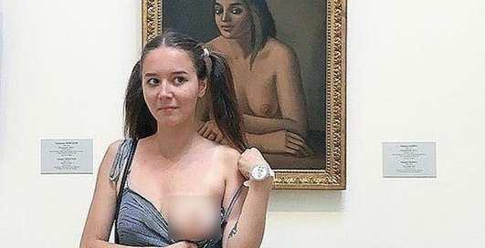Ради лайков в соцсети: в России студентка оголила грудь в Эрмитаже