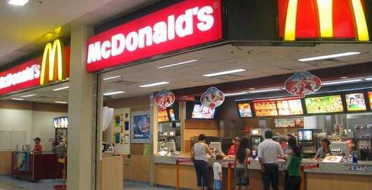 Парочку уличили в занятии сексом на кассе McDonald's