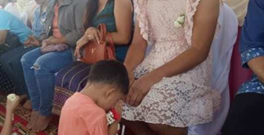 Герой дня: отец-одиночка ради детей пришел в школу в женском платье