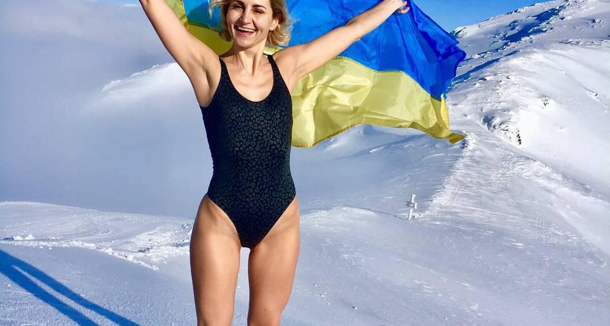 Самые любимые и красивые: украинки делятся фото с флагом в соцсетях
