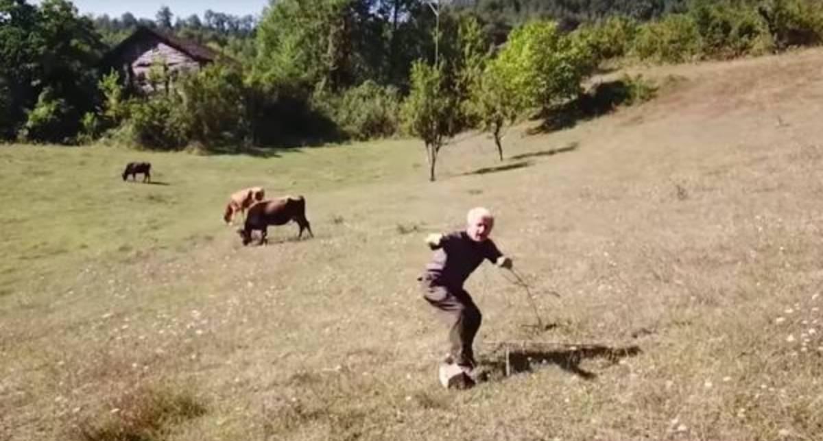 Забавное видео: квадрокоптер не на шутку напугал сельского пастуха