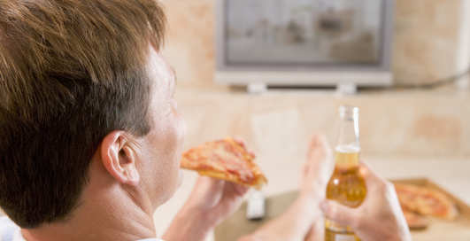 Почему еда перед телевизором вредит здоровью