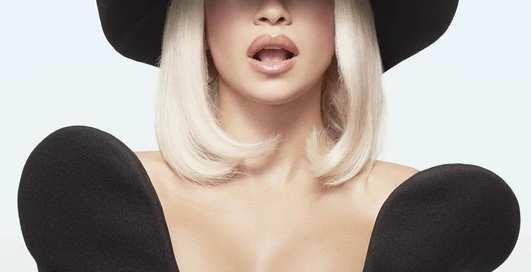 С глубоким декольте: На обложке Esquire в Эмиратах впервые появилась женщина