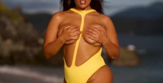Модель Эшли Грэм показалась в смешном купальнике
