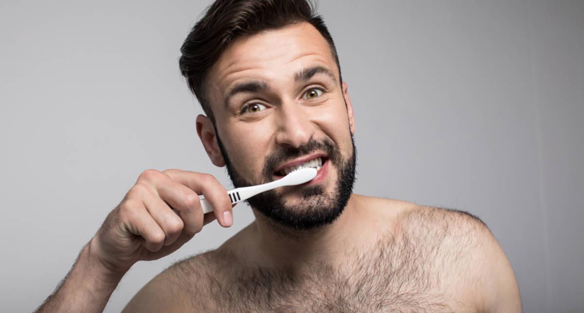 Почему нужно менять зубную щетку каждые три месяца