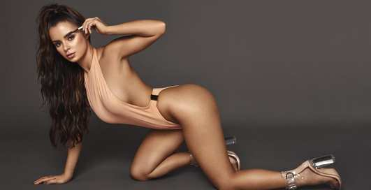 Сексуальная модель Деми Роуз показала фигуру на съемках рекламы