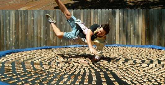 Парень прыгнул в тысячу мышеловок: эффектное видео