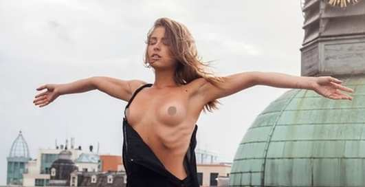 Голая модель Playboy устроила фотосессию в храме