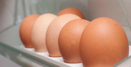 Лайфхак: Почему яйца нельзя хранить в дверце холодильника