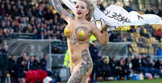 Голая болельщица выбежала на поле и вдохновила голландских футболистов