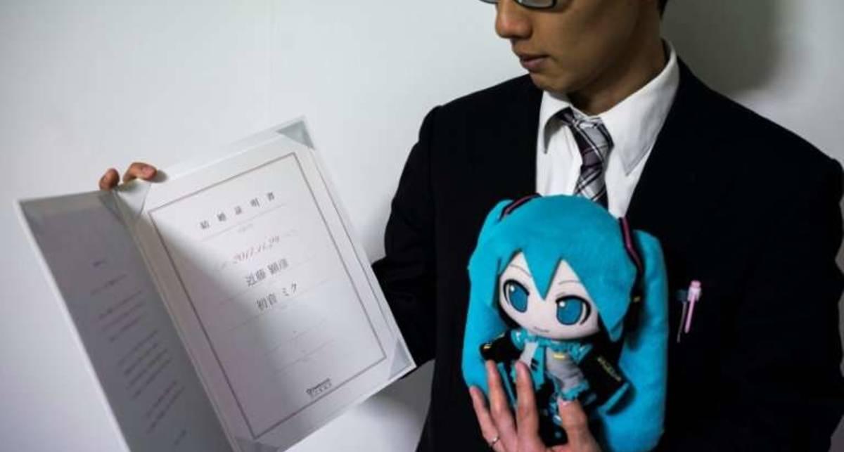 Японец женился на известной певице. Только она - голограмма
