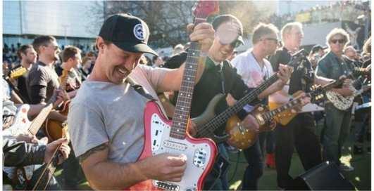 Новый рекорд: Highway to Hell прозвучал в исполнении 457 гитар