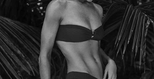 Девушка Стэтхэма устроила горячую фотосессию в купальнике и без