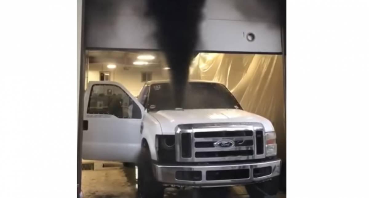 Это фиаско: Тюнингованный Ford взорвался во время тестов