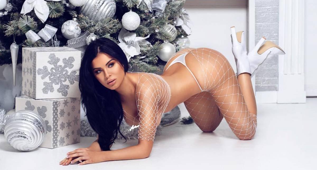 Модель Playboy Карла Хоу показала фото в сетке на голое тело
