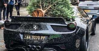 Тюнингованный Ferrari с елкой на крыше прокатился по Лондону