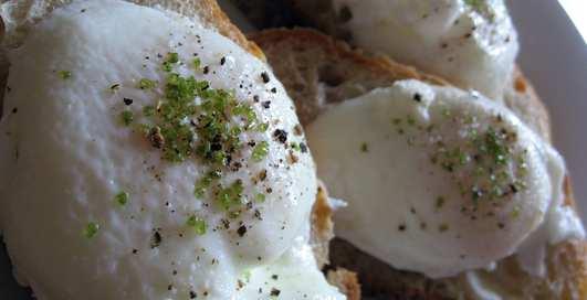 Не жарим, а варим: готовим яйца-пашот