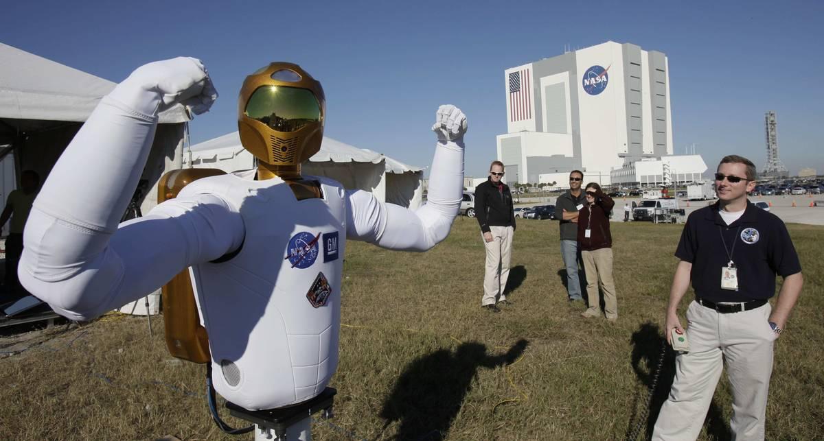 Игрушка дня: робот, космонавт, патриот