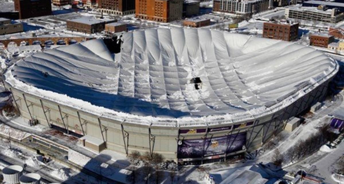 Снегопад обрушил крышу стадиона (видео)