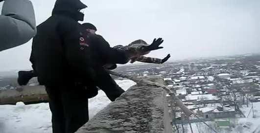 По-мужски: девушку бросили с крыши