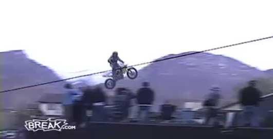 Байкер уходит в небо: летающий мотоцикл