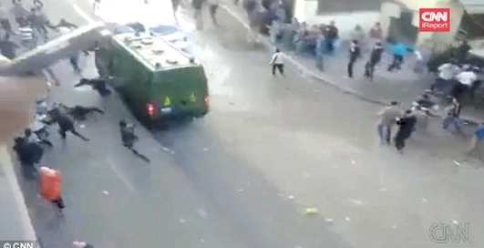 Каирская полиция давит людей машинами